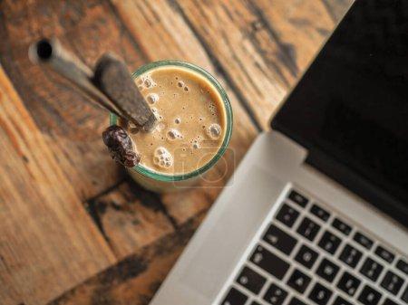 Photo pour Tasse de café expresso chaud et clavier d'ordinateur portable - image libre de droit