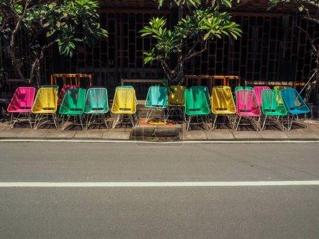 Photo pour Chaises colorées dans la rue à la journée ensoleillée - image libre de droit