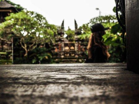 Photo pour Vue floue sur l'ancien temple de Bali - image libre de droit