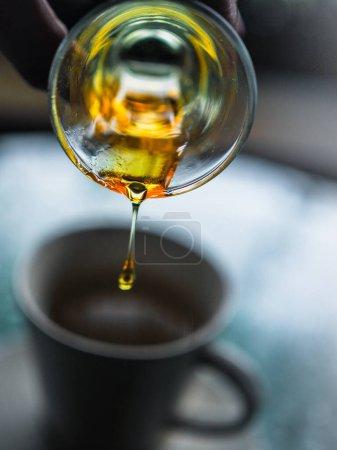 Photo pour Gros plan de verser verre de vin dans le café - image libre de droit