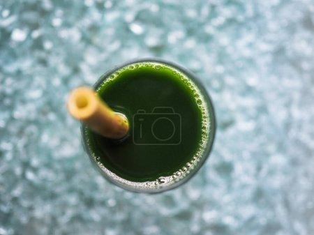 Photo pour Cocktail vert dans un verre sur le fond - image libre de droit