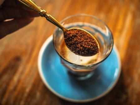 Photo pour Cuillère à café avec sucre brun - image libre de droit