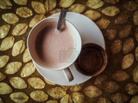 Photo pour Tasse de café et chocolat chaud sur la table - image libre de droit