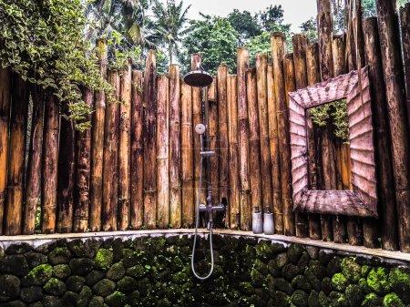 Photo pour Vieux paysage tropical de style thaï traditionnel avec clôture en bois - image libre de droit