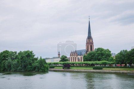 Photo pour Francfort, Allemagne - 28 juin 2018: beau vieux Francfort église des trois rois près de cours d'eau principal - image libre de droit
