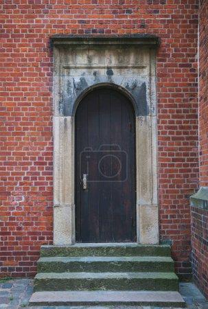 Photo pour Porte en bois de bâtiment en brique à Hambourg, Allemagne - image libre de droit