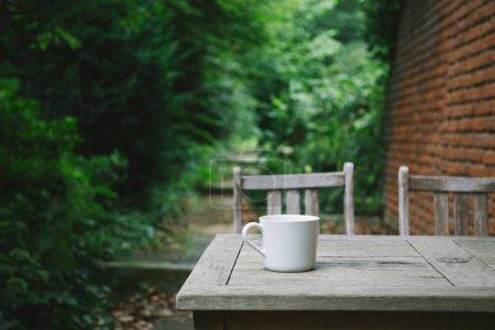 Foto de Enfoque selectivo de la taza de café en la mesa de madera - Imagen libre de derechos