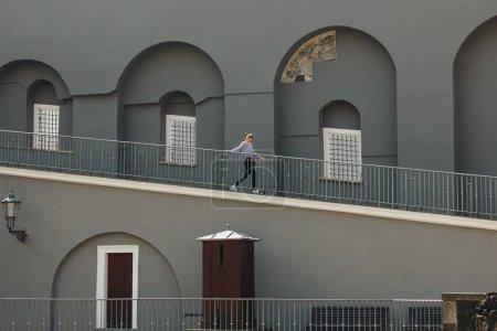 Photo pour Jeune femme qui marche dans les escaliers en face de l'ancien bâtiment en france - image libre de droit