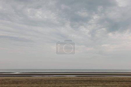 Foto de Toma tranquilo de costa arenosa en día nublado, las dunas de Bray, Francia - Imagen libre de derechos