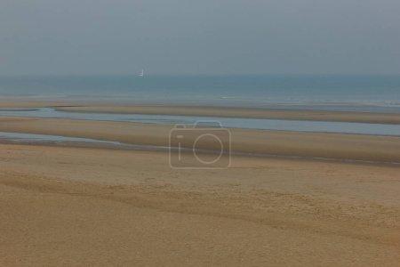 Foto de Tiro escénica de costa arenosa en día nublado, las dunas de Bray, Francia - Imagen libre de derechos
