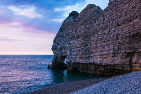 Photo pour Soirée calme à la mer près de falaise, Etretat, Normandie, France - image libre de droit