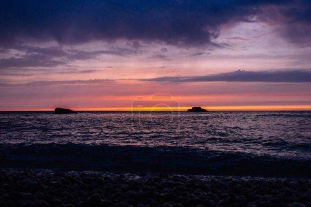 Photo pour Magnifique coucher de soleil sur la mer calme, Etretat, Normandie, France - image libre de droit