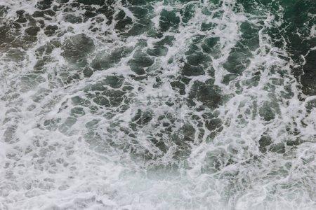 Photo pour Texture de vagues de la mer avec de la mousse, Etretat, Normandie, France - image libre de droit