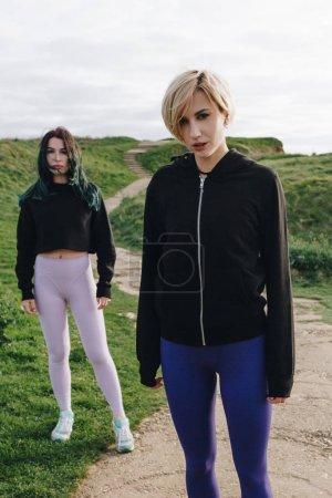 Photo pour Jeunes sportives se présentant sur la falaise verte, Etretat, Normandie, France - image libre de droit