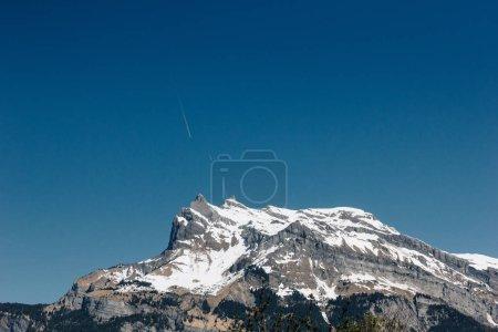 Photo pour Magnifique paysage avec paysage panoramique de montagnes aux sommets enneigés et le ciel bleu clair, Mont-blanc, Alpes - image libre de droit