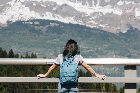 Photo pour Vue arrière de la fille avec sac à dos regardant majestueuses montagnes pittoresques, mont blanc, Alpes - image libre de droit