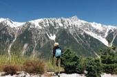 """Постер, картина, фотообои """"вернуться мнение молодой женщины с рюкзаком, стоя в величественные заснеженные горы, Монблан, Альпы"""""""