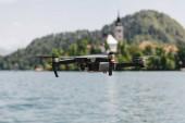 """Постер, картина, фотообои """"крупным планом вид летающих беспилотных выше горное озеро, Блед, Словения"""""""