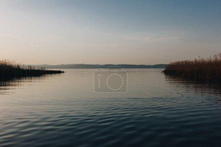 Photo pour Beau paysage avec lac calme et collines en arrière-plan au coucher du soleil, saigné, slovenia - image libre de droit