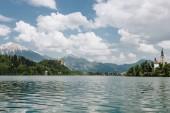 """Постер, картина, фотообои """"красивый пейзаж с спокойной горное озеро, вершины и зданий, Блед, Словения"""""""