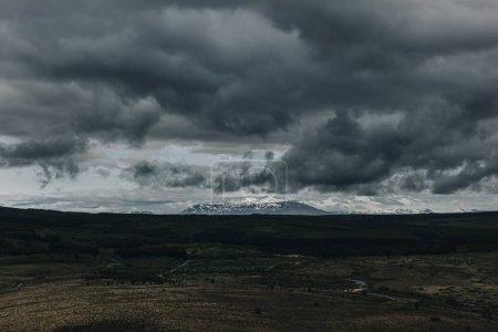 Photo pour Vue panoramique du paysage avec des montagnes couvertes de neige sous un ciel nuageux en Islande - image libre de droit