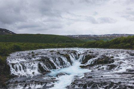 vista aérea de la hermosa cascada de Bruarfoss en el río Bruara en Islandia