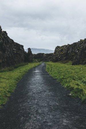 Photo pour Vue panoramique du sentier dans les hautes terres sous un ciel nuageux dans le parc national de Thingvellir en Islande - image libre de droit