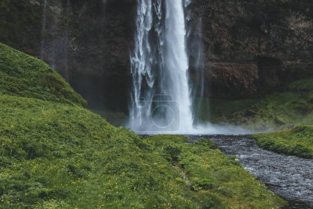 Photo pour Vue panoramique sur la cascade de Seljalandsfoss dans les hautes terres d'Islande - image libre de droit