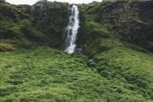 """Постер, картина, фотообои """"живописный вид ландшафта с красивый водопад в зеленых горах в Исландии"""""""
