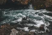 """Постер, картина, фотообои """"высокий угол зрения красивой горной реки, протекающей через высокогорье в Исландии"""""""