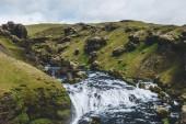 """Постер, картина, фотообои """"высокий угол зрения красивой реки Скоуг, протекающей через высокогорье в Исландии"""""""