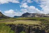 """Постер, картина, фотообои """"живописный вид на пейзаж с горы кругом под голубой пасмурное небо в Исландии"""""""
