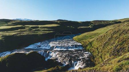 vue aérienne de belle Skoga rivière qui coule à travers les hautes terres d'Islande