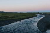 """Постер, картина, фотообои """"живописный вид на пейзаж с рекой, протекающей рядом луг в Исландии"""""""