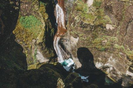 Photo pour Vue aérienne de la rivière descendant de la montagne avec la lumière du soleil dans le canyon de Fjadrargljufur en Islande - image libre de droit