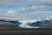 """Постер, картина, фотообои """"живописный вид на пейзаж с горы, покрытые снегом под пасмурным небом в Исландии"""""""