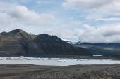 """Постер, картина, фотообои """"красивые горы и озеро под пасмурным небом в национальном парке Скафтафетль в Исландии"""""""