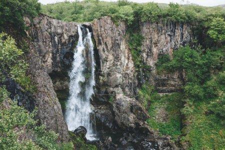 Photo pour Vue aérienne de la belle cascade dans le parc national Skaftafell en Islande - image libre de droit