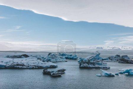plano escénico de trozos de hielo glaciares flotando en el lago en Jokulsarlon, Islandia