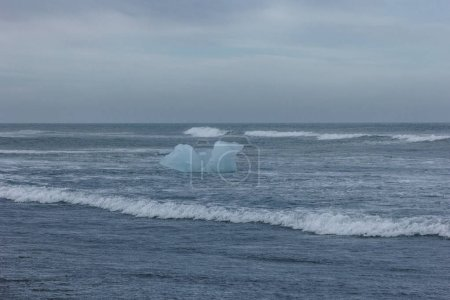 trozo de hielo glaciar azul flotando en el agua del océano, Islandia