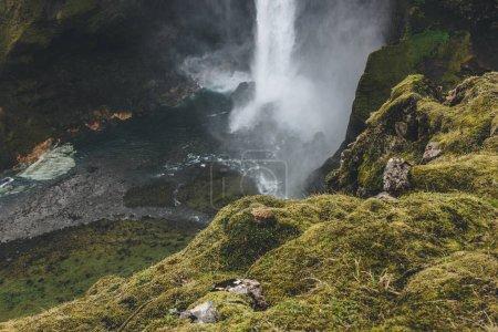 Photo pour Vue aérienne de la cascade de Haifoss avec cliff vert au premier plan, Islande - image libre de droit