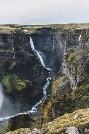 Luftaufnahme der isländischen Landschaft mit Haifoss-Wasserfall