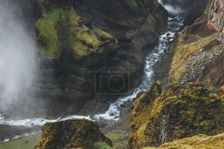 Photo pour Vue aérienne de la rivière coulant dans les montagnes en Islande - image libre de droit