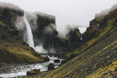 Photo pour Paysage islandais avec une cascade de Haifoss jour brumeux - image libre de droit