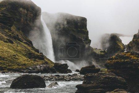 Photo pour Beau paysage islandais avec une cascade de Haifoss jour brumeux - image libre de droit