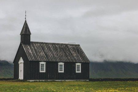 Photo pour Superbe coup de Budir église sur le pré vert à Snaefellsnes en Islande - image libre de droit