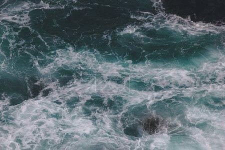 Photo pour Vue de dessus de l'océan bleu ondulé pour arrière-plan - image libre de droit