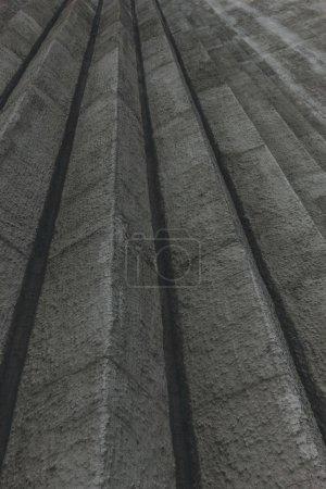 Photo pour Vue de dessous des bords verticaux sur mur en béton - image libre de droit