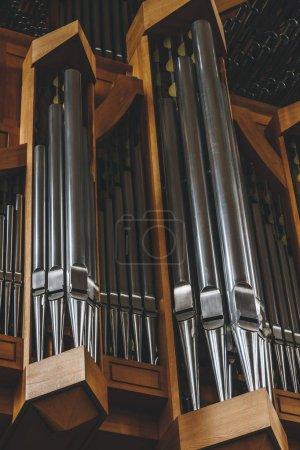 Photo pour Reykjavik, Islande - 22 juin 2018: vue partielle des tuyaux d'orgue à l'église Hallgrimskirkja à Reykjavik - image libre de droit