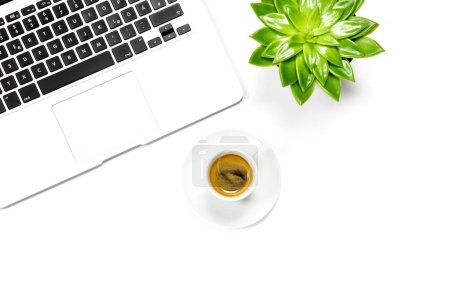 Photo pour Pose d'appartement de bureau. Ordinateur portable, tasse de café, plante succulente verte - image libre de droit